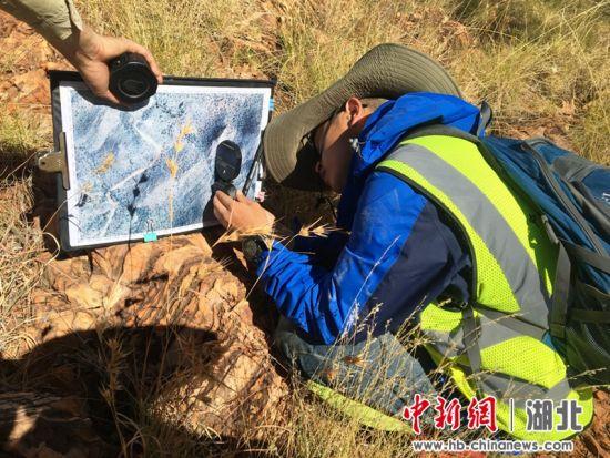 中国学生测量岩层产状