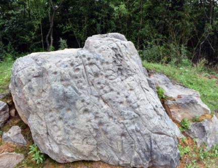 湖北随州淮河岩画巨石。周波 摄