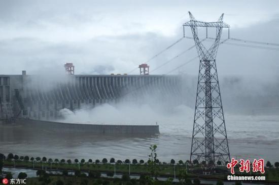 资料图:7月5日,三峡大坝今年首次开闸泄洪。刘君凤 摄 图片来源:图片来源:东方IC 版权作品 请勿转载
