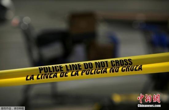 多名执法部门消息人士证实,被拘留的男子是21岁的克鲁修斯。艾伦表示,该嫌犯数日前曾在网络上发布犯罪宣言,仇恨犯罪有可能是枪手的犯罪原因,但警方还需进行深入调查。图为警方封锁现场。
