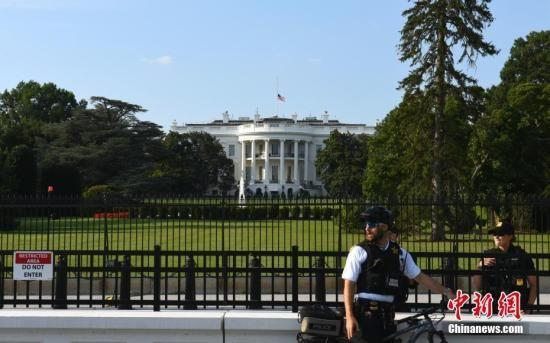 当地时间8月4日,美国白宫降半旗为24小时内接连发生的两起严重枪击案遇难者致哀。美国总统特朗普当天下令全美降半旗致哀5天。中新社记者 陈孟统 摄