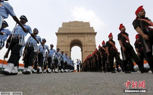 当地时间2015年8月28日,印度新德里,印度在印度门战争纪念碑举行纪念第二次印巴战争50周年活动。图为印度士兵在印度门战争纪念馆前列队参加仪式。
