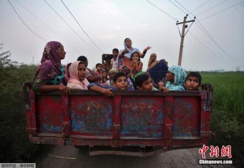 图为当地时间2014年10月7日,印巴交火地区的平民逃离家园。