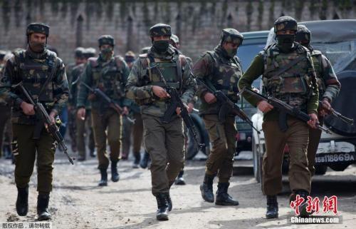 图六:当地时间2016年2月4日,印度士兵在印控克什米尔班迪波拉区与三名武装分子发生交火。图为印度警方人员正在快速通过危险区域。