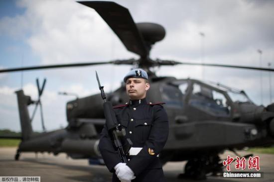 资料图:当地时间2018年5月15日,英国皇家空军第三军团在萨福克郡瓦迪谢姆军事基地参加集训,为哈里王子大婚做准备。