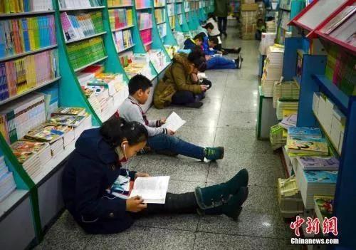 资料图:小学生们正在阅读书籍 刘新 摄
