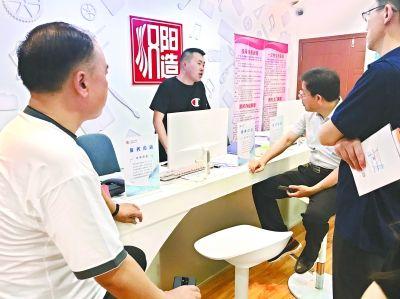 汉阳造园区企业服务中心里,服务专员为企业提供政策咨询服务