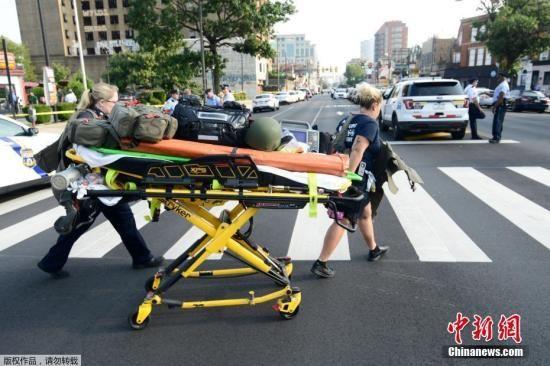 据多家美国媒体报道,当地时间8月14日下午,北京时间15日凌晨,美国费城发生枪击事件,有多名警察中枪,枪手至少一人,目前依然在逃。