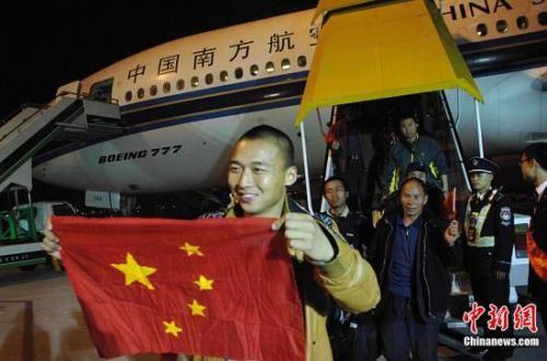 资料图:2011年3月5日晚9点,从突尼斯杰尔巴岛撤离的最后一批三百多名中国公民搭乘南航的航班顺利抵达广州,至此,中国民航的空中撤离驻利比亚任务圆满完成。中新社发 柯小军 摄