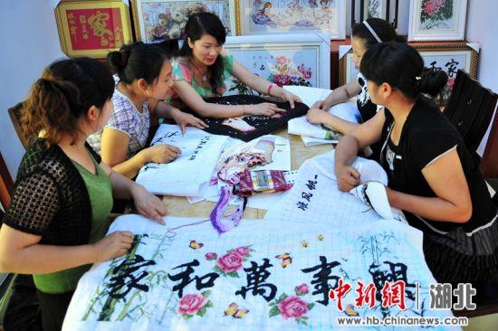 """""""峡江绣女""""谢蓉为移民妇女搭建起创业就业的平台 张国荣摄"""