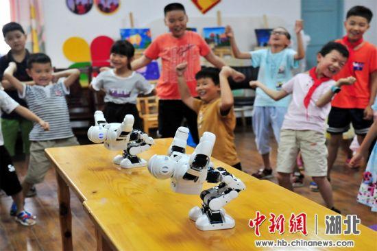 夷陵区三斗坪镇留守儿童多彩的暑期生活 张国荣摄