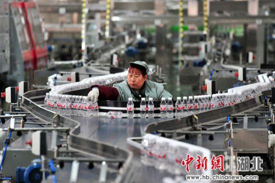 夷陵推进食品饮料等产业的技改升级 张国荣 摄