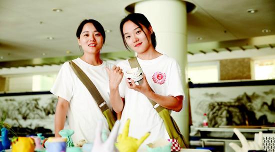 图为双胞胎姐妹程亚男(左)、程胜男