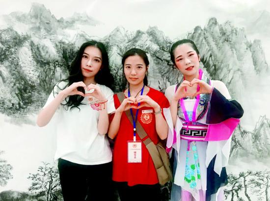 图为秦明慧(中)和表妹周臣仙(左一)、堂妹秦明航合影