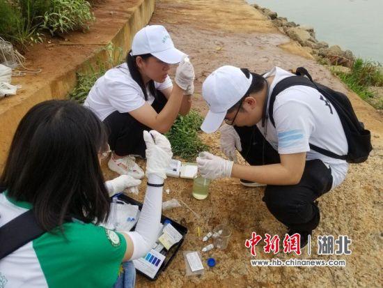 队员检测湖泊水质