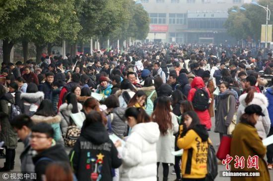 图为众多考生在考点参加考试。 陈�� 摄 图片来源:视觉中国