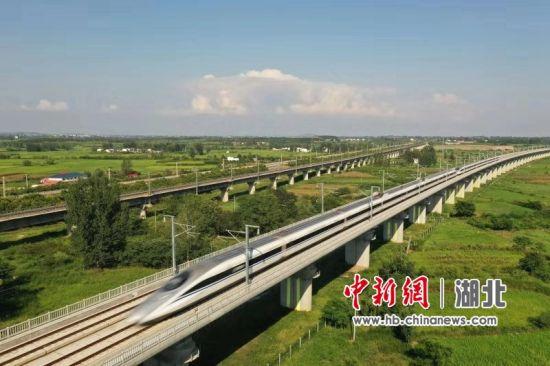 一列重联动检车行驶在枣阳优良河特大桥上,对汉十高铁东段进行联调联试。彭琦 摄