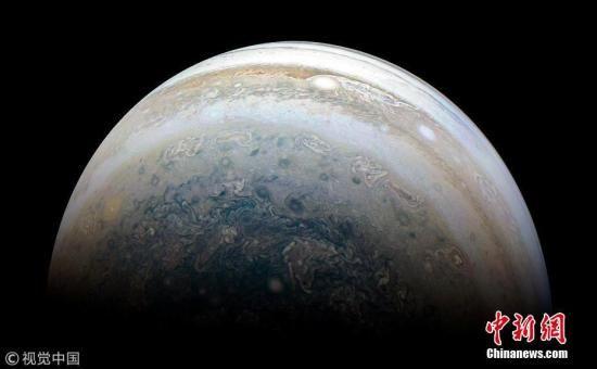 """资料图:NASA发布的一张""""朱诺号""""探测器拍摄的木星图像。图片来源:视觉中国"""