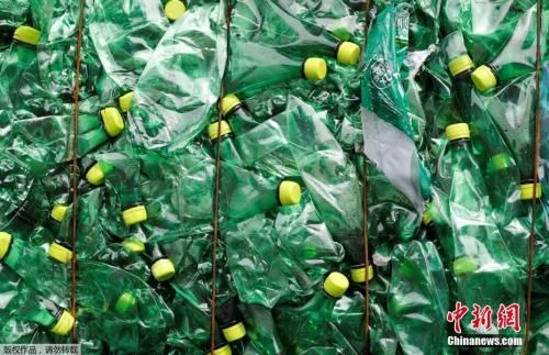 资料图:瑞士比尔顿新成立的环保回收公司回收的塑料瓶堆积如山。