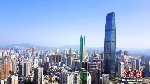 图为航拍深圳标志建筑之一京基100大厦。(资料图片) 中新社记者 陈文 摄