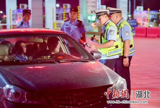 8月21日晚,保康交警正在道路上执勤执法 欧阳智慧 摄