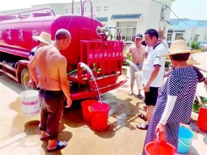 图为随州市曾都区万店镇消防车为饮水困难居民送水