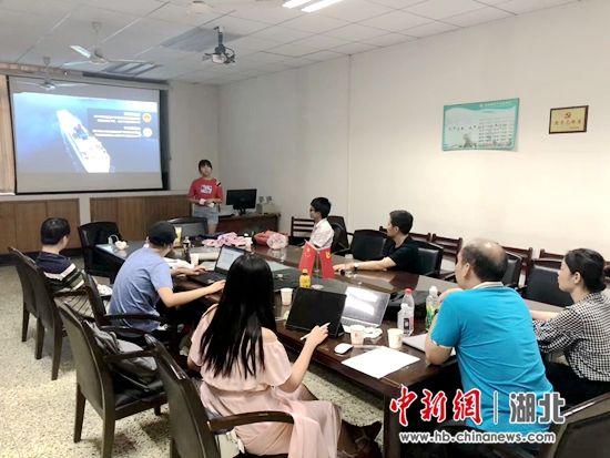 团队成员讨论科研项目