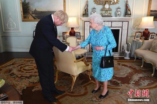 资料图:英国首相鲍里斯・约翰逊和女王伊丽莎白二世。
