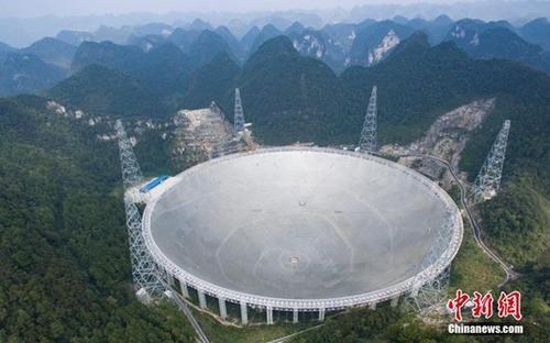 资料图:世界最大单口径射电望远镜――500米口径球面射电望远镜(简称FAST)。 中新社记者 贺俊怡 摄