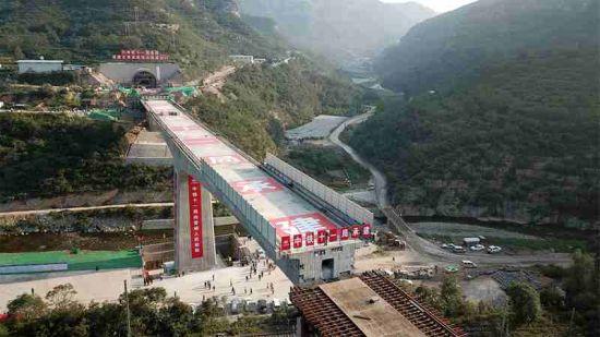 已完成转体的太焦高铁白水河特大桥