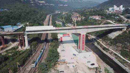 转体完成后列车从桥下飞速驶过