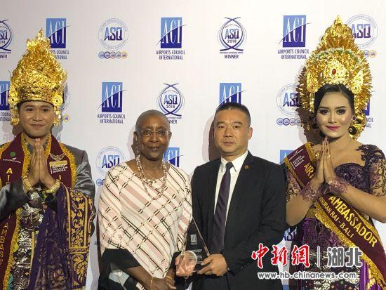 宜昌三峡机场董事长兼总经理徐佐强与ACI总干事Angela Gittens女士合影