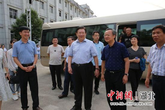 蔡宏柱(前排左二)介绍稻花香集团