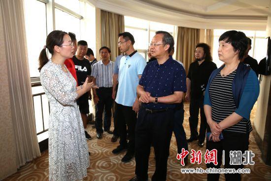 陈萍(左一)向嘉宾介绍稻花香集团 张丽 王佩佩 摄