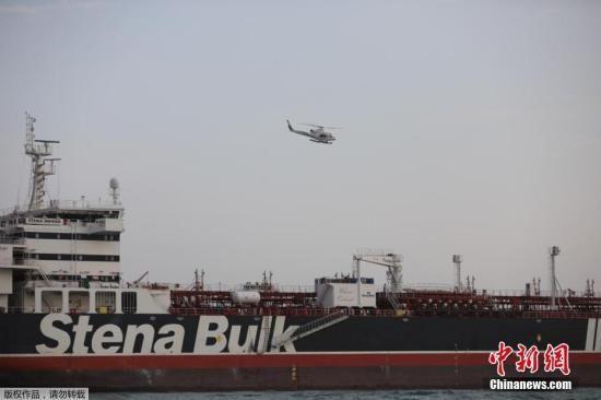 """资料图片:伊朗伊斯兰革命卫队日前公布了在霍尔木兹海峡扣押""""史丹纳帝国""""号的过程。"""