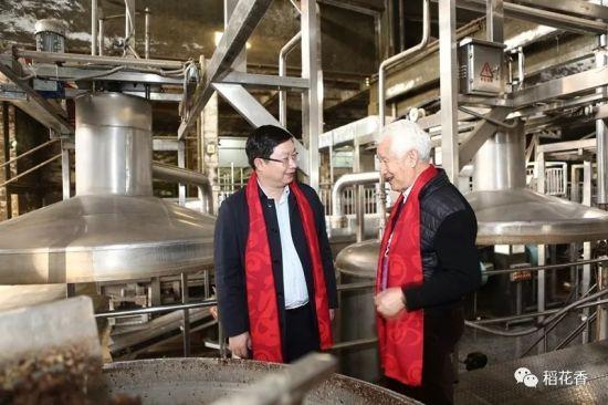 蔡开云(左)与季克良(右)交流