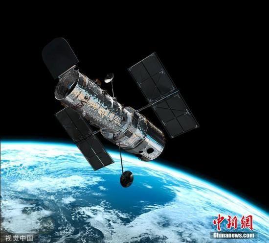 资料图:美国宇航局/欧空局的哈勃太空望远镜环绕地球运行。图片来源:视觉中国
