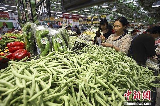 圖為民眾在山西太原一超市選購蔬菜。 中新社記者 張云 攝
