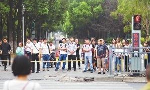 军运临近,开发区市民文明意识在提高。图为市民文明过马路