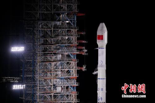 """北京时间9月23日5时10分,中国在西昌卫星发射中心用长征三号乙运载火箭及配套远征一号上面级,以""""一箭双星""""方式成功发射第47、48颗北斗导航卫星。 张文军 摄"""