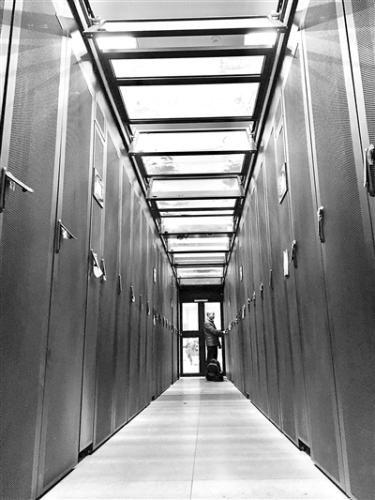 """在位于湖南大学校园内的国家超级计算长沙中心,工作人员在检查""""天河""""超级计算机运行状况。新华社记者 苏晓洲 摄"""