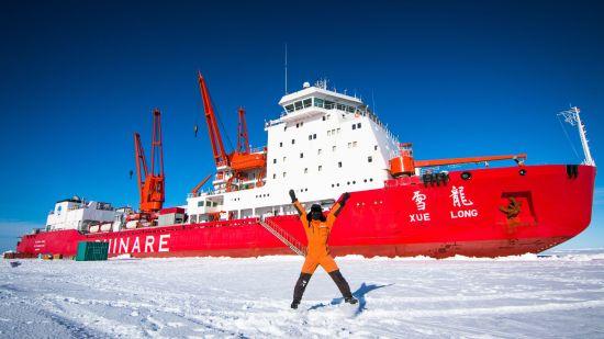 """正在南极海域破冰作业的""""雪龙""""号。中国极地研究中心李航摄"""