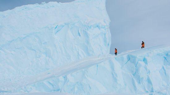 考察队员行走在南极冰山上。中国极地研究中心 李航 摄