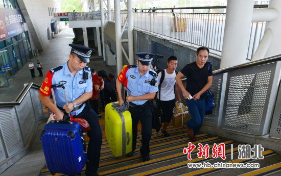 武汉铁路警方开展便民服务主题活动