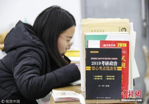 考研学生正在复习 赵启瑞 摄 图片来源:视觉中国