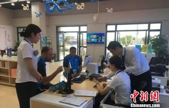 武汉军运村入住运动员正在办理业务 王政 摄