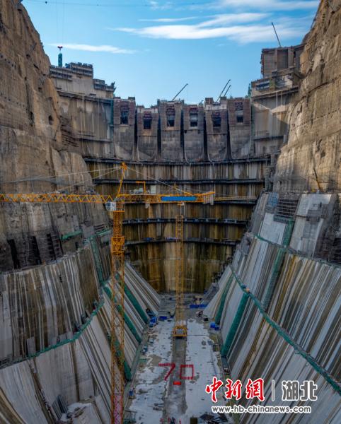"""乌东德水电站的建设者在大坝基坑内摆出""""70""""的造型,喜迎中国人民共和国成立70周年 肖佳发(摄)"""