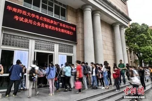 资料图:考生进入考场,中新社记者 陈骥�F 摄