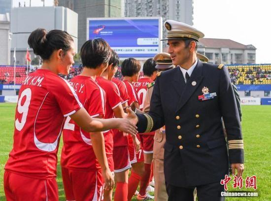 图为国际军事体育理事会主席赫尔维・皮奇里洛与朝鲜队握手。中新社记者 何蓬磊 摄