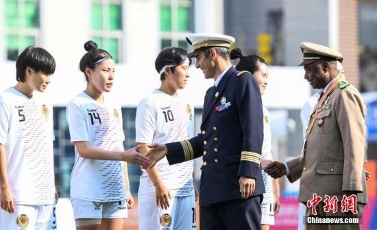 图为赛前国际军事体育理事会主席赫尔维・皮奇里洛(前排左一)、国际军事体育理事会秘书长多拉・曼比・科伊塔(前排左二)与韩国队握手。中新社记者 何蓬磊 摄